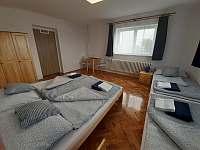 ložnice č. 1 - 2 okna - chalupa k pronajmutí Olešnice - Pohoří
