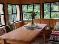 Posezení v prosklené verandě - Malá Skála