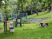 Trampolína, pinpongový stůl, táborák