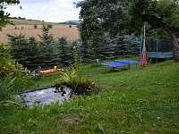 Trampolína, pinpongový stůl, táborák, pískoviště
