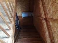 schody do ložnice - dolů - chata k pronájmu Libošovice - Rytířova Lhota