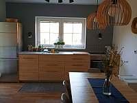 kuchyň + jídelna - chalupa k pronajmutí Blata