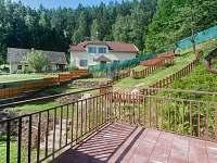 Pohled na zahradu z verandy - chalupa k pronajmutí Klokočí