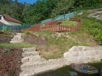 Zahrada s trampolínou a prolézačkou pro děti - chalupa ubytování Klokočí