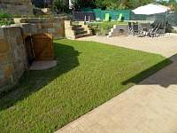 Dvorek s venkovním posezením a studánkou