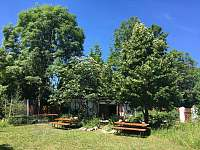 část zahrady s posezením a ohništěm - chalupa k pronajmutí Holenice