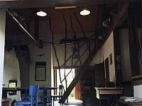 obytný prostor a schodiště do patra - chalupa k pronájmu Holenice