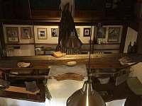 pohled shora do obytného prostoru a kuchyně - pronájem chalupy Holenice