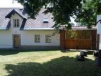 Pohled na chalupu č.p. 2 z horní části dvora, vpravo ohniště - ubytování Karlovice část Svatoňovice