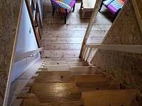 Apartmán 4 - schody do ložnice - chalupa k pronajmutí Mírová pod Kozákovem - Hrachovice