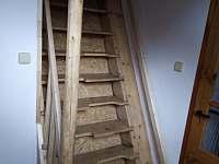 Apartmán 4 - schody do ložnice - chalupa k pronájmu Mírová pod Kozákovem - Hrachovice