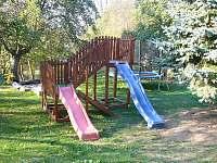 Dětské prvky na oplocené zahradě. - Mírová pod Kozákovem - Hrachovice
