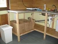 kuchyňka (lednice, vařič, varná konvice)