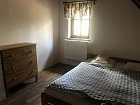 Ložnice 3 - dvojlůžko a rozkládací křeslo - chalupa k pronájmu Pařezská Lhota