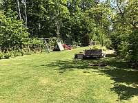 Pohled na oplocenou zahradu - Pařezská Lhota