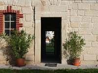 vchod do společenské místnosti - chalupa k pronajmutí Ploukonice
