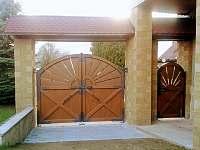 brána ze zahrady - Pařezská Lhota