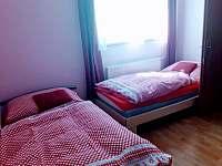 ložnice 2.apt s dětskou postýlkou - chalupa k pronajmutí Pařezská Lhota