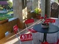 posezení na 1.terase - chalupa k pronajmutí Pařezská Lhota