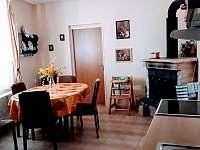 vybavená kuchyně s velkou chladničkou - Pařezská Lhota