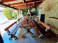 zastřešené posezení u bazénu s grilem - chalupa ubytování Pařezská Lhota
