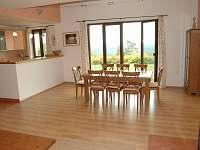 Obývací pokoj s kuchyní - chalupa k pronajmutí Troskovice