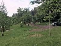 dolní zahrada a parkovací stání