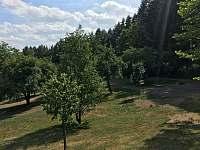 dolní zahrada s cestou a místem k parkování