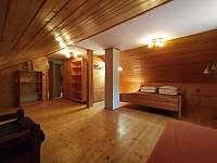 horní ložnice č.2 s manželskou postelí a jednolůžkem - chalupa ubytování Brada