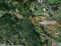 mapa - červeně pozemek, modře příjezdová cesta - chalupa k pronajmutí Brada