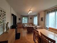 obývací pokoj s jídelním stolem a sezením - chalupa k pronájmu Brada