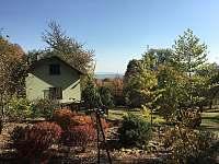 pohled z okrasné zahrady na terasu