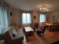 sezení v obývacím pokoji - chalupa k pronajmutí Brada