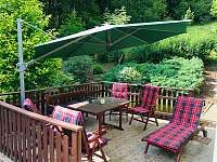venkovní veranda s příjemným posezením - chalupa k pronájmu Brada