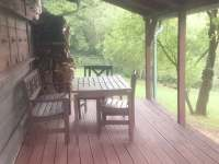 zastřešená terasa u bývalého včelína - chalupa k pronajmutí Brada