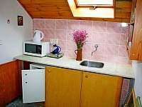 Kuchyňka v 1. patře - chalupa k pronajmutí Branžež