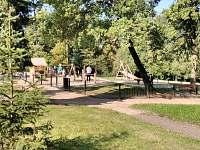 Dětské hřiště (přes ulici)