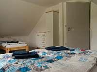 Čtyřlůžkový pokoj v patře s manželskou postelí - pronájem chaty Osek u Sobotky