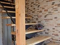 Dřevěné schodiště vedoucí k pokojům Humprecht a Kost - Osek u Sobotky