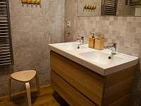 Koupelna se sprchovým koutem a WC - Osek u Sobotky