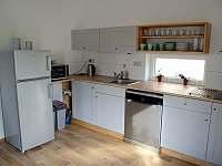 Kuchyně je součástí společenské místnosti v přízemí - Osek u Sobotky