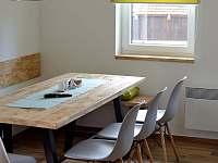 Můžete si vybrat, zda chcete sedět na pohodlné lavici nebo radši na židlích - pronájem chaty Osek u Sobotky