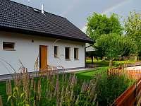 Pohled na dům z boku a na zahradu domku - chata ubytování Osek u Sobotky
