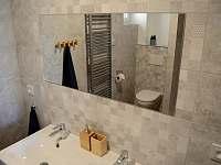 V koupelně jsou dvě samostatná umyvadla - Osek u Sobotky