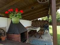 Venkovní posezení - pronájem chalupy Pařezská Lhota