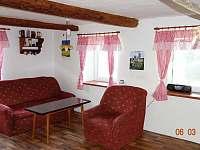 Obývací pokoj - chalupa k pronájmu Vyskeř