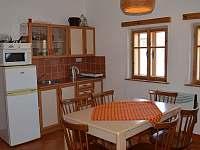 společenská místnost, kuchyňka - chalupa ubytování Sobotka - Kdanice