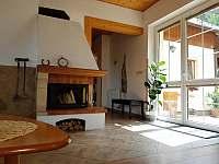 Obývací pokoj - pohled na terasu