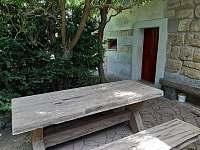sezení za domem - chalupa k pronájmu Zásadka