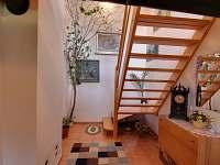 schody do patra k ložnicím